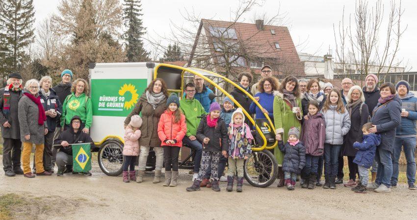 Gruppenfoto der Grünen Aichach mit Kindern und dem grünen E-Lastenrad